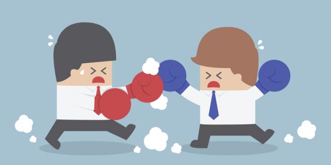 Angry customer and customer service rep fighting 660x330 - هشت توصیه ی مهم برای مواجهه با مشتریان خشمگین